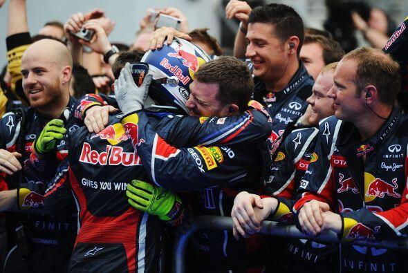 El festejo siguió con todo el equipo de la Red Bull.