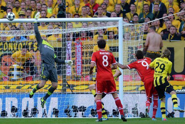 Weindenfeller también tuvo trabajo y salvó varias veces al Borussia, sob...