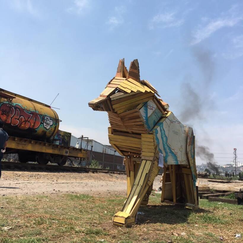 Esta escultura guía a los migrantes en su paso por México
