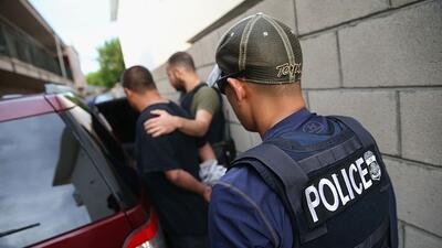 Un hombre es detenido por agentes de ICE el 14 de octubre de 2015 en Los...