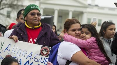 Inmigrantes protestan redadas de Obama
