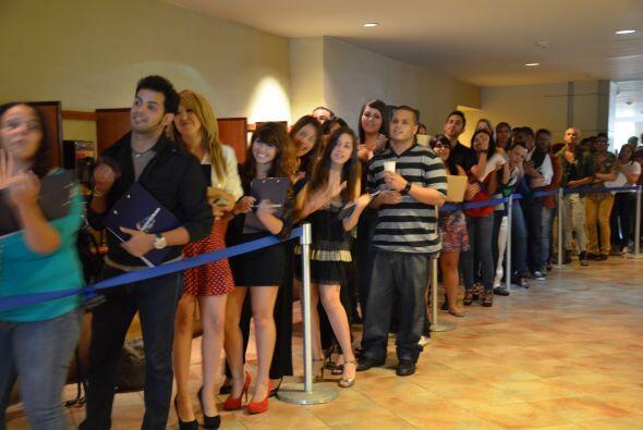 Cantantes, actores, bailarines esperaron en fila hasta que las puertas a...
