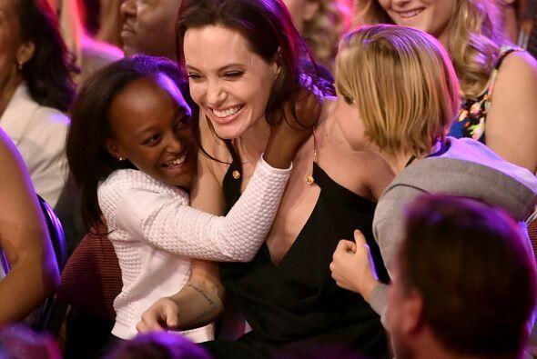 Las nenas estaban felices con la victoria de su mamá.