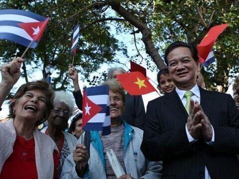 El primer ministro de Vietnam, Nguyen Tan Dung, posa junto a un grupo de...