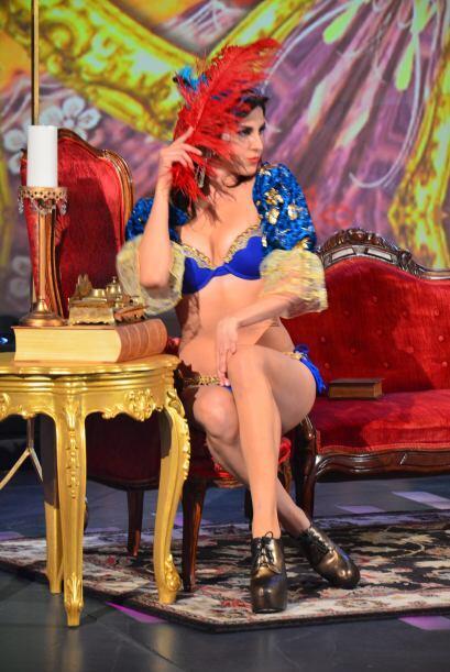 Joely Bernat usó su sensualidad en el escenario jugando con los objetos.