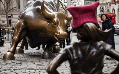 Escultor del famoso toro de Wall Street pide a Nueva York que cambie de...