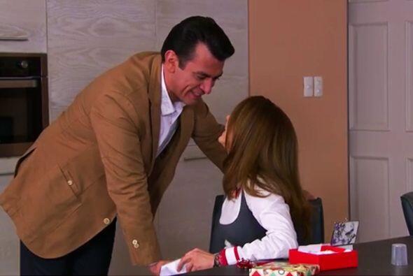 ¡Qué hermoso regalo le diste a Ana, Fernando! Es el pañuelo con el que s...