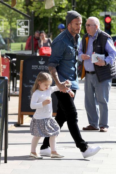 Ella con su heladito y el...