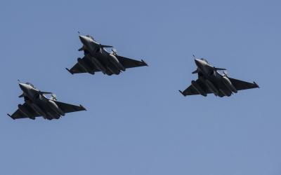 Aviones de guerra franceses Rafale atacaron un bastión de ISIS en Siria
