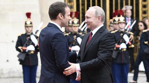 El apretón de manos de Macron (esta vez con Putin) vuelve a dar qué hablar