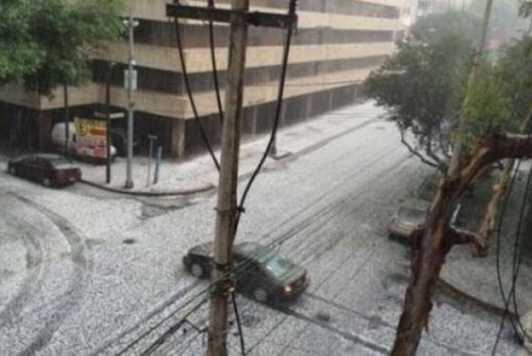 La fuerte granizada paralizó muchas zonas de la capital mexicana.  Image...