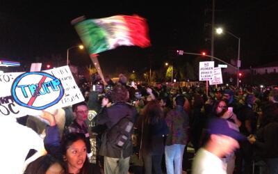 Manifestantes ondean la bandera mexicana en el mitin de Trump en Costa Mesa