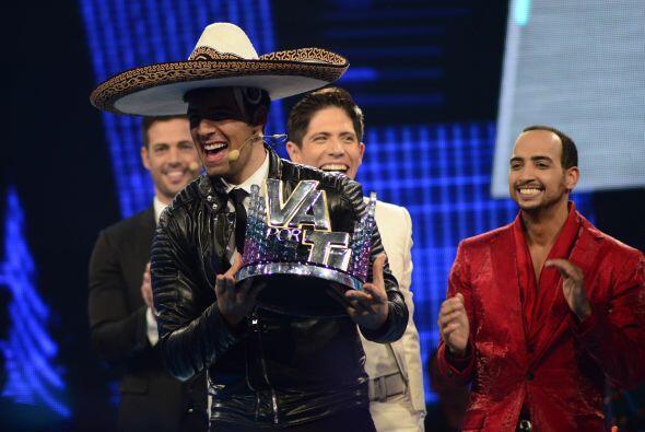 Fernando le puso su sombrero de charro y Jen festejó feliz.