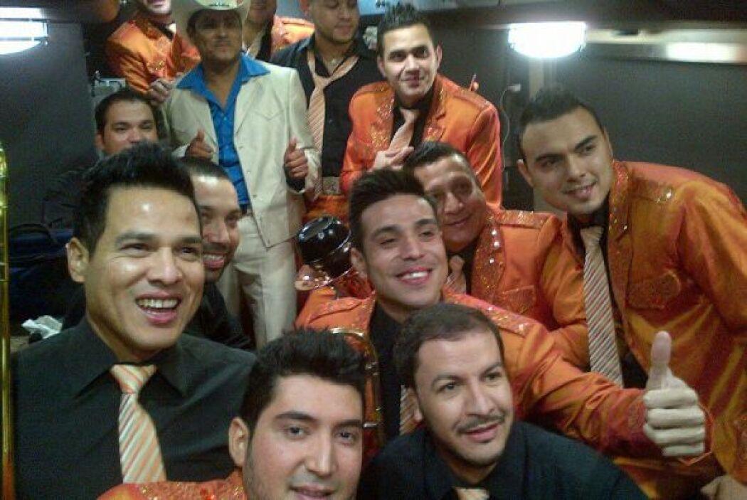 Aquí lo vemos con los integrantes de Banda El Recodo.