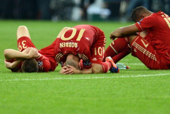 La otra cara de la moneda, los jugadores del Bayern derrumbados en el piso.