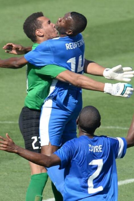 Pero el portero Kévin Olimpia (verde) estuvo muy atento para quedarse co...