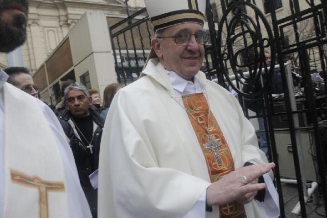 Cardenal Bergoglio en una misa de San Cayetano. Crédito: Diario El Clarín.