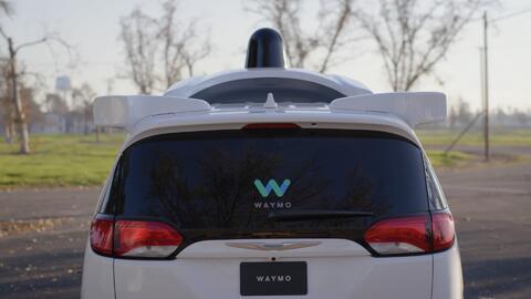 Minivan Chrysler Pacifica de manejo autónomo de Waymo, la únidad de vehí...