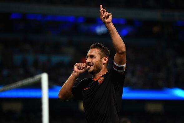 Con un enorme gol de Totti, la Roma empató el juego ante el Manch...