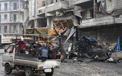 Civiles sirios huyen de la ciudad de Alepo, bastión rebelde retom...