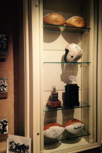 Históricos cascos y balones son exhibidos en el corredor. Detalles del D...