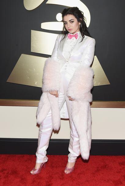 Tal parece que Charli XCX tuvo una fuerte pelea con algún conejo,...