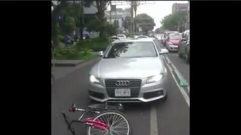 Un conductor atropella a un ciclista, pelea con un oficial, se da a la f...