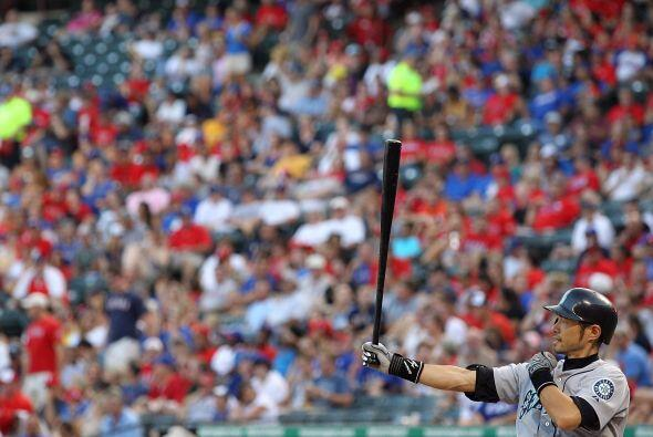 Ichiro Suzuki se prepara ante la afición de los Rangers, que se m...