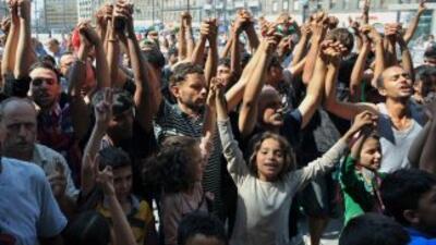 Miles de hombres, mujeres y niños continúan el éxodo masivo hacia Europa...