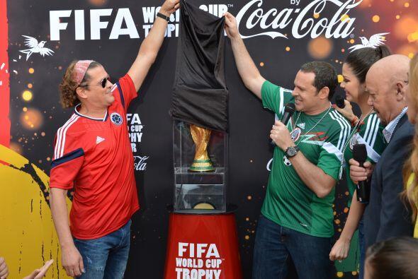 Junto a Carlos Vives, Alan fue descubriendo este espectacular trofeo. &i...