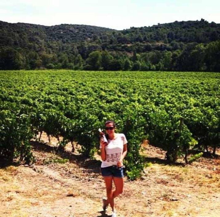 ¿Alguien gusta una copa de vino? Maity Interiano paseando por los viñedos.