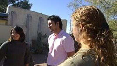 Araceli, Omar y Marlene hablando con reporteros