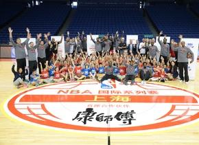 Los Clippers pasaron la tarde del lunes enseñando a los niños los fundam...