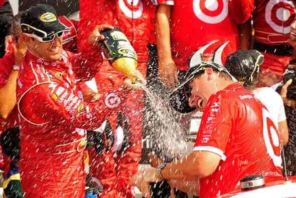 Montoya celebró con todo el equipo de mecánicos de su equipo.
