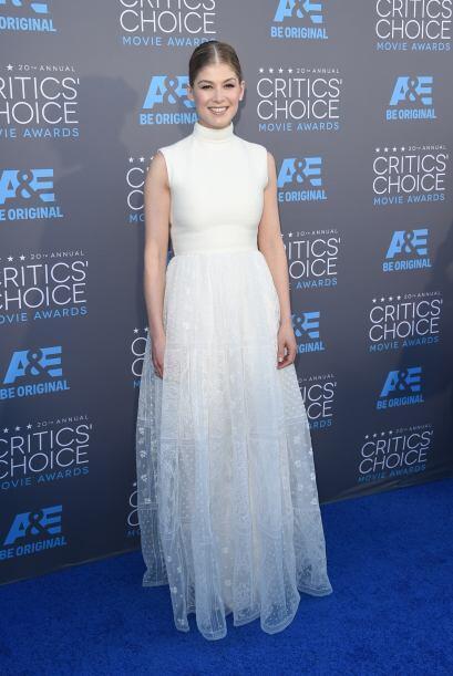 Rosamund Pike, la estrella de The Gone Girl apostó por un vestido...