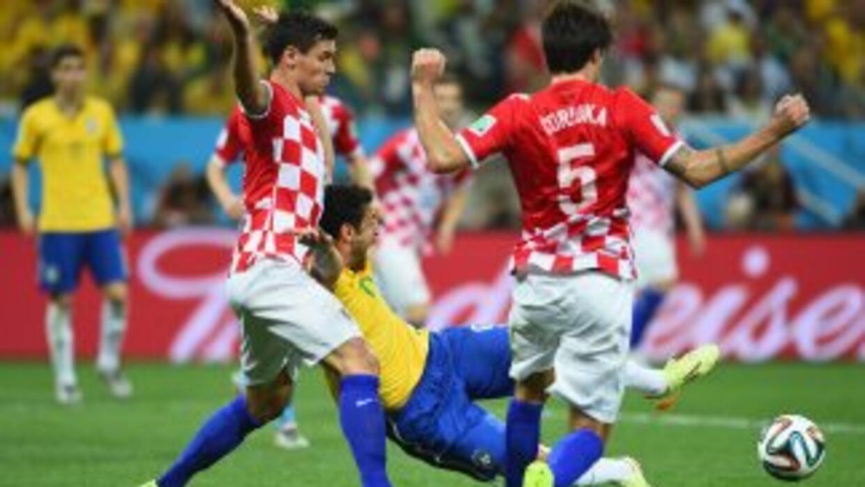 El defensa croata Lovren en el momento del penal sobre Fred.