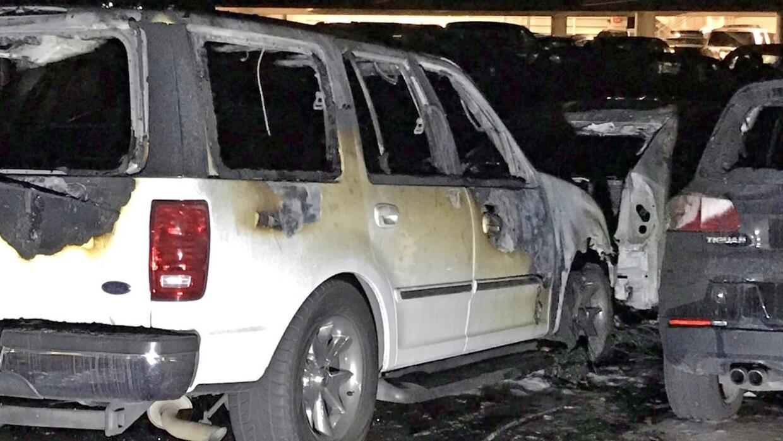 Ocho vehículos se quemaron en el estacionamiento de Disneyland.