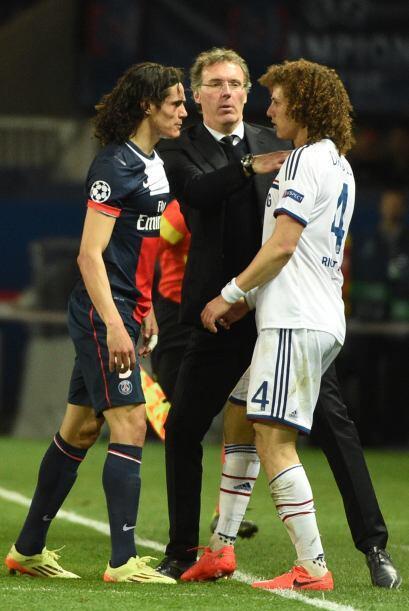 Aquí el entrenador de PSG Laurent Blanc calmando a Edinson Cavani...