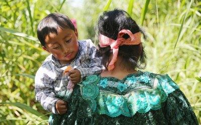 Una mujer indígena guatemalteca y su hijo cruzan un tramo de la frontera...
