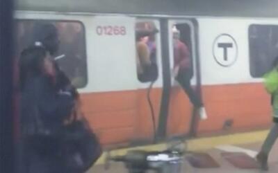 Pasajeros escapan de un tren lleno de humo en Boston