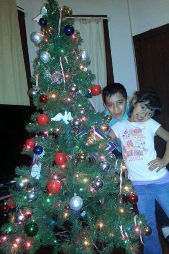 Lilly De los Santos envió una foto de sus hijos posando junto al árbol d...