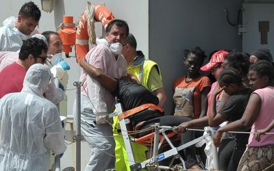 Una mujer recibe asistencia médica luego de ser rescatada del mar Medite...