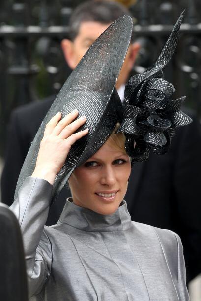 Zara Philips sufrió durante la boda, pues su inmenso tocado parecía a pu...