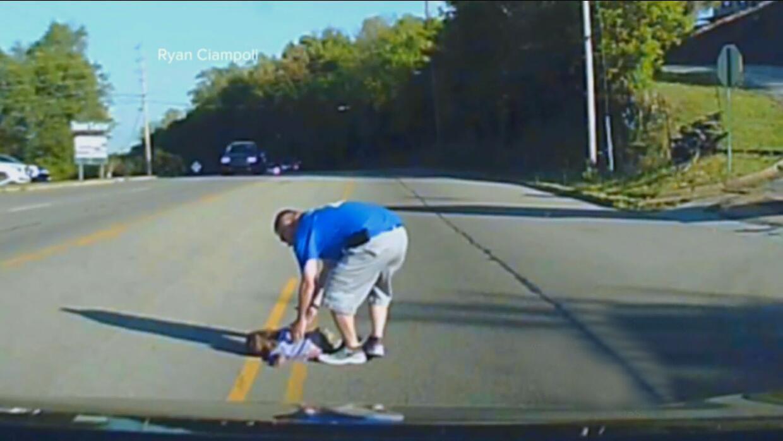 Niña de 4 años cae de un vehículo en una transitada vía de Arkansas tras...