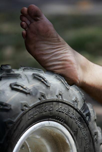 Un mecánico aprovechó una de las enormes ruedas para desca...