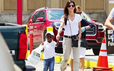 El hijo de Sandra Bullock ya conoce el racismo
