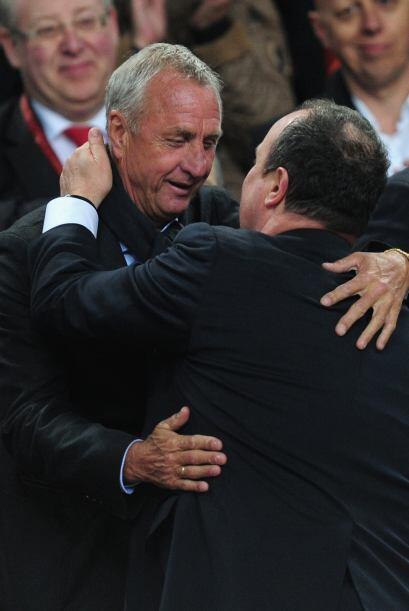 Johan Cruyff se abrazó con el entrenador Benítez.