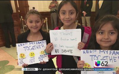 Entre gritos y llanto, texanos piden a legisladores votar en contra de l...
