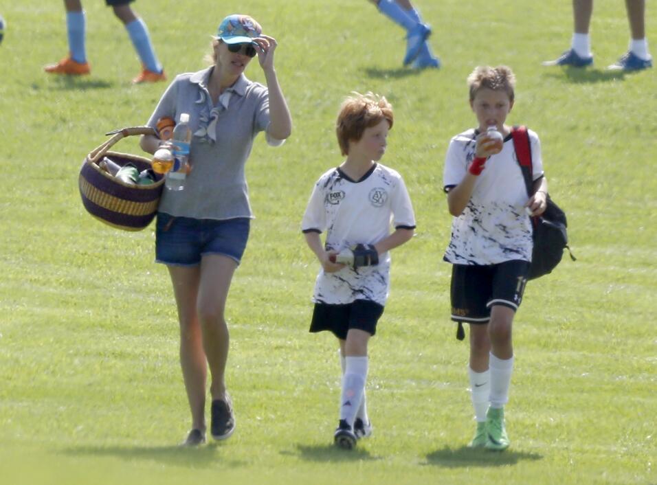 La actriz disfruta de una linda tarde en familia viendo a su hijo jugar.