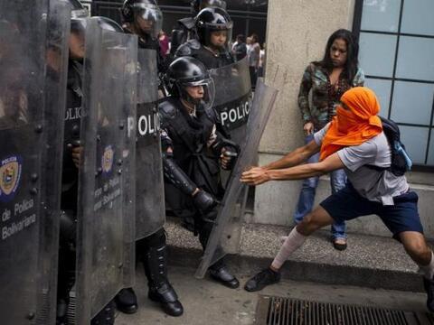 Manifestantes opositores se enfrentaron a miembros de la Policía Naciona...